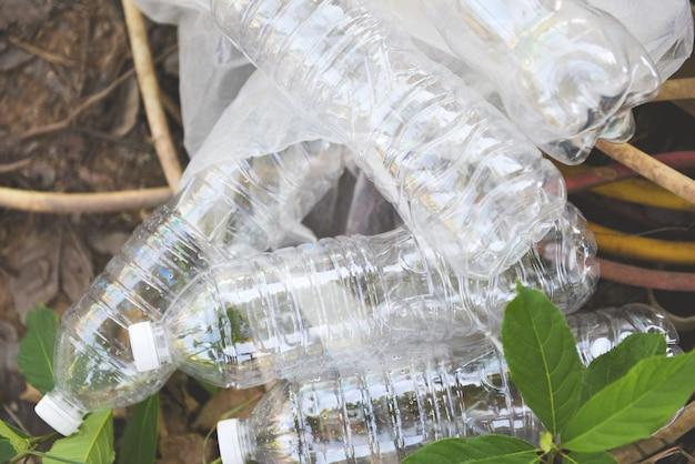Plastic vervuilingsomgeving voor flessen / recyclen van afvalbeheer