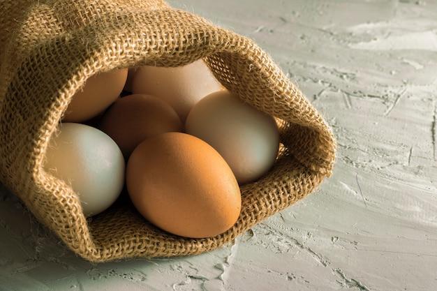 Plastic vrij, eieren in jute op betonnen tafel. zero waste concept, herbruikbare producten