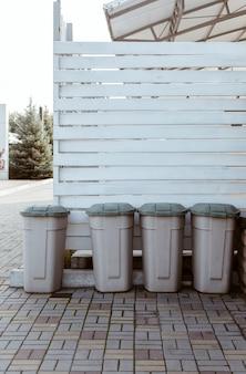 Plastic vuilnisbakken in achtertuin van restaurant