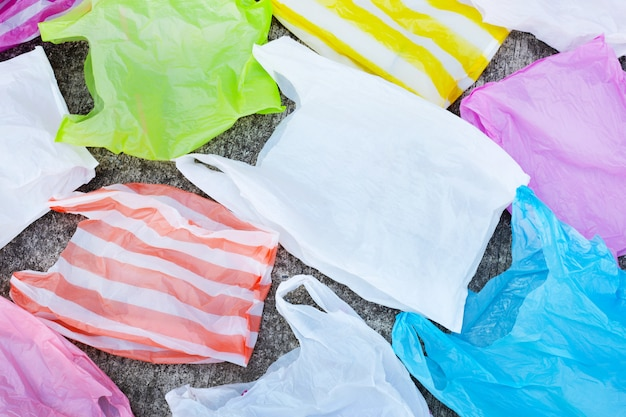 Plastic vuilniszakken op cementvloer.