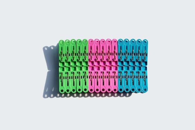 Plastic wasknijper op wit oppervlak