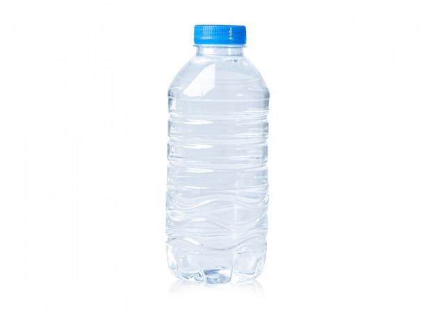 Plastic waterfles op wit met uitknippad.