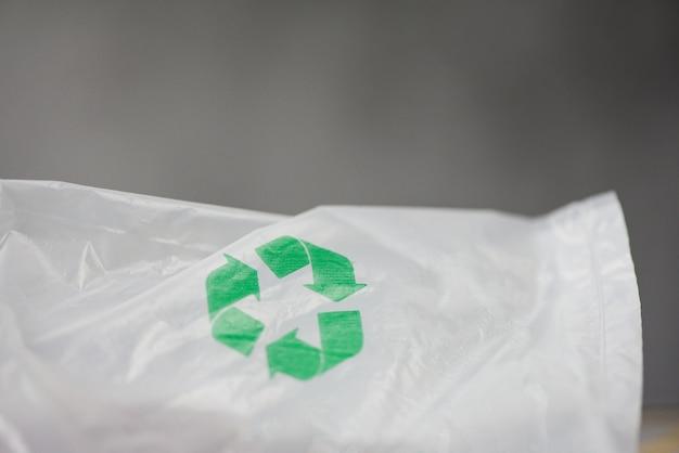 Plastic wereld of wereldmilieudag groen recycle-logo in plastic zak verminder afval zonder milieu