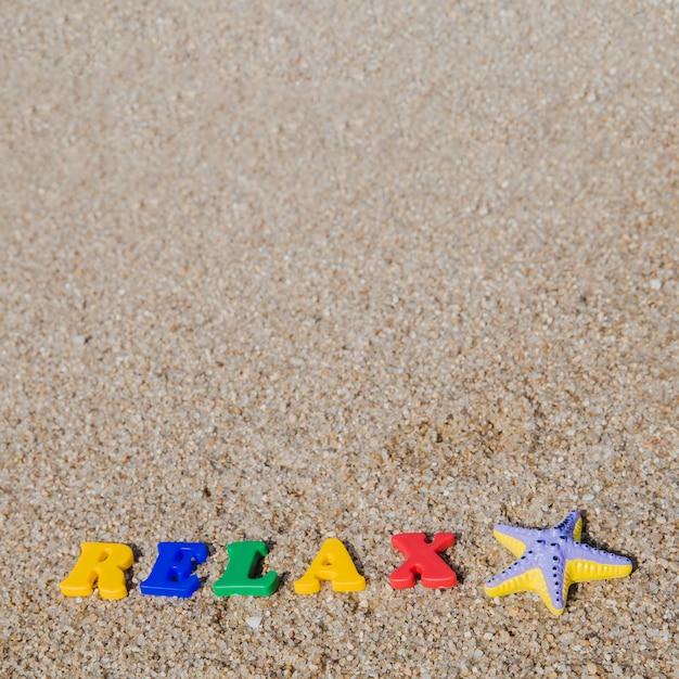 Plastic woorden op zand