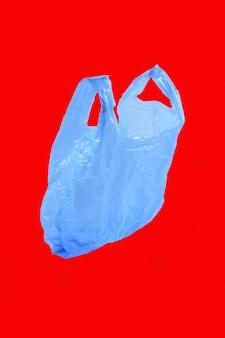Plastic zak die op rood wordt geïsoleerd
