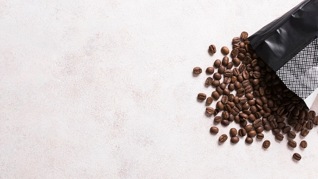 Plastic zak gevuld met koffiebonen
