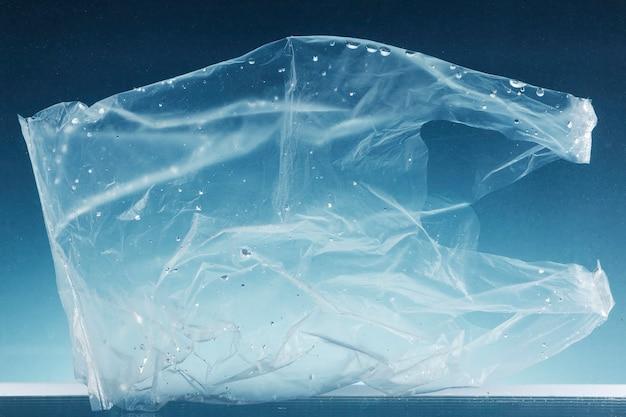 Plastic zak voor eenmalig gebruik die de oceaan vervuilt
