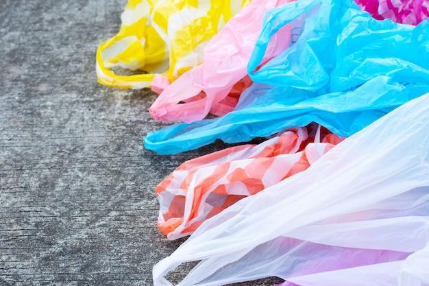 Plastic zakken op de achtergrond van de cementvloer.