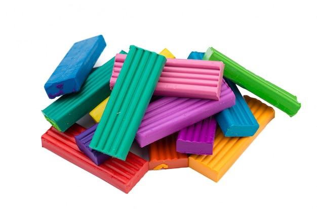 Plasticine kleurrijke stokken die over wit worden geïsoleerd