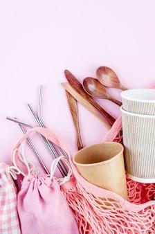 Plasticvrije set met katoenen eco-tas, herbruikbare roestvrijstalen rietjes van gerecycled serviesgoed en bamboe tandenborstel