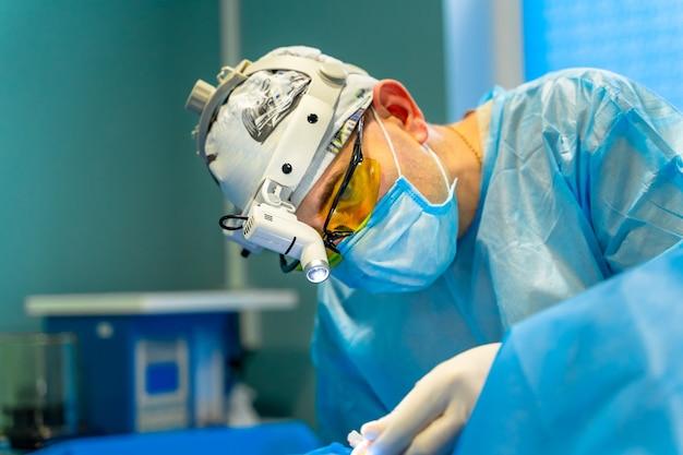 Plastisch chirurg die cosmetische chirurgie uitvoert in de operatiekamer