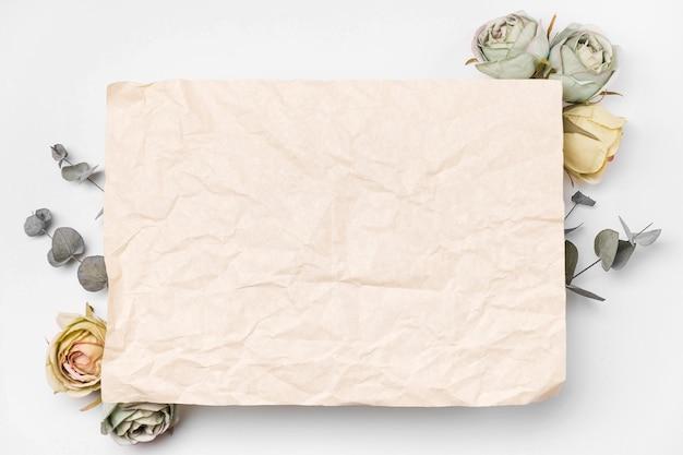 Plat boeket papier en rozen met kopie-ruimte