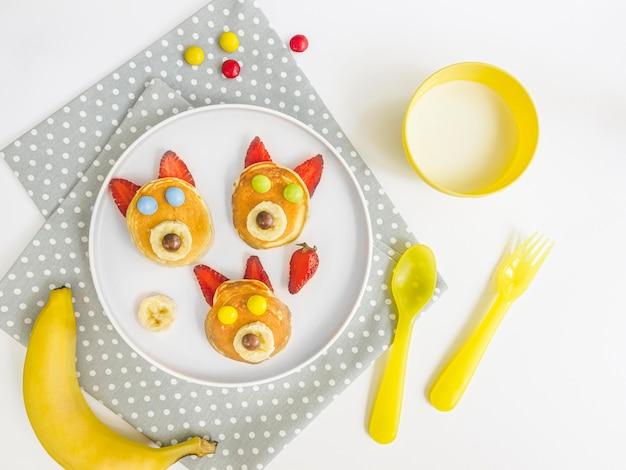 Plat bord met pannenkoeken en aardbei