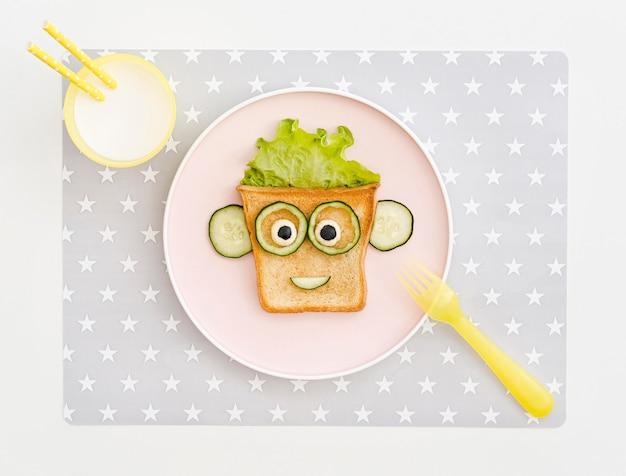 Plat bord met toast gezichtsvorm met appel