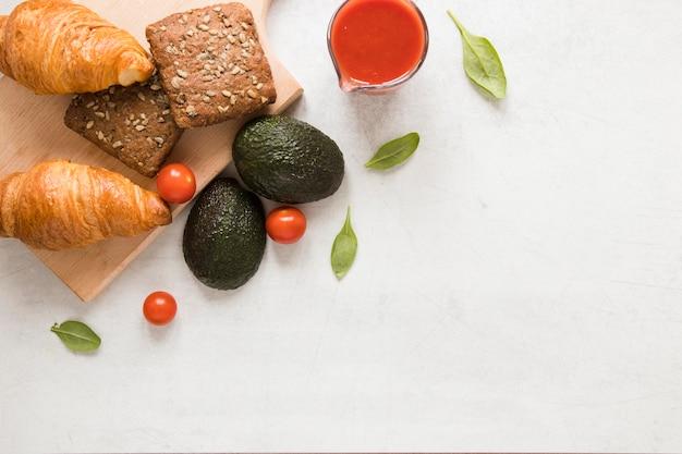 Plat brood croissants en avocado's met kopie ruimte