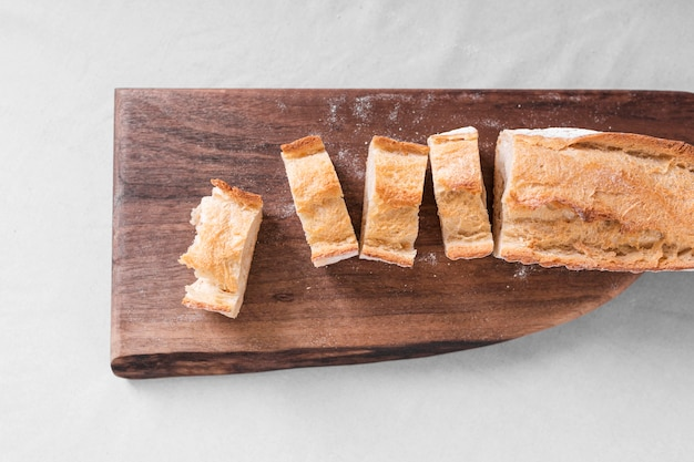 Plat brood met houten snijplank