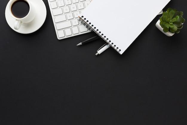 Plat bureaublad met laptop en succulent