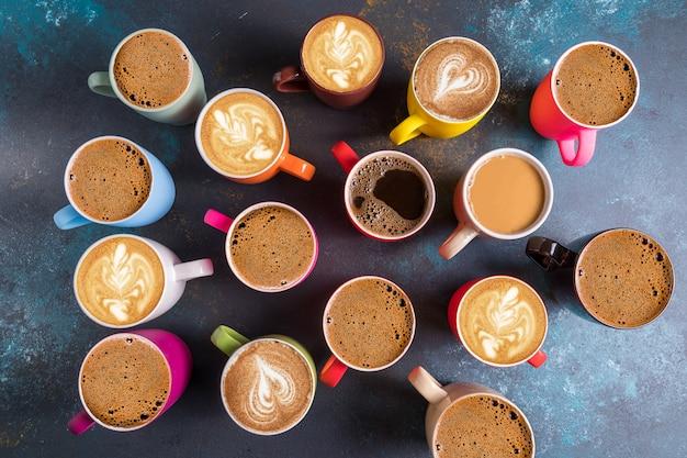 Plat de set van verschillende soorten koffie in mokken.