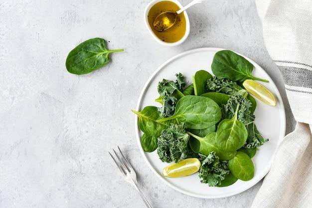 Plat eten, groene salade van biologische spinazie en boerenkoolbladeren met citroensap en olijfolie.