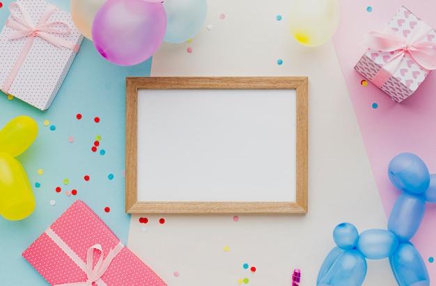 Plat feestdecoratie met ballonnen en confetti