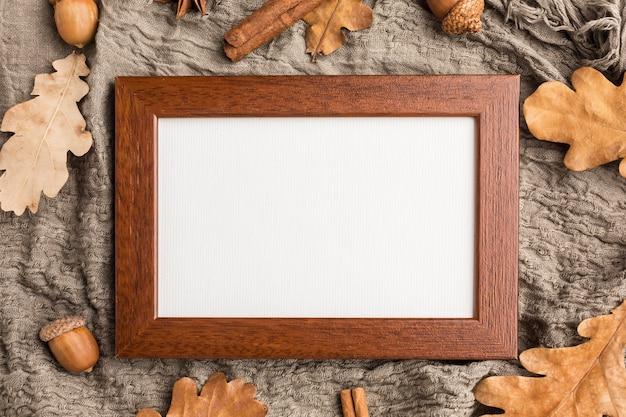 Plat frame met eikels en herfstbladeren