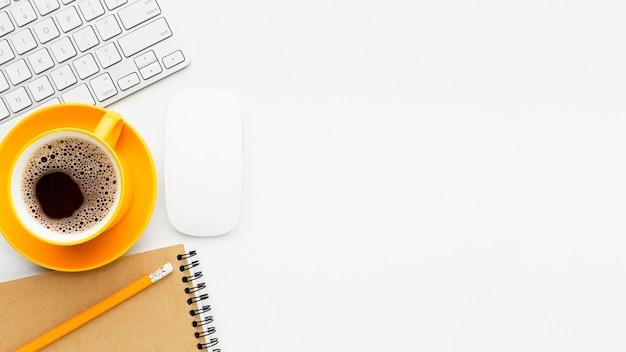 Plat frame met koffie en toetsenbord
