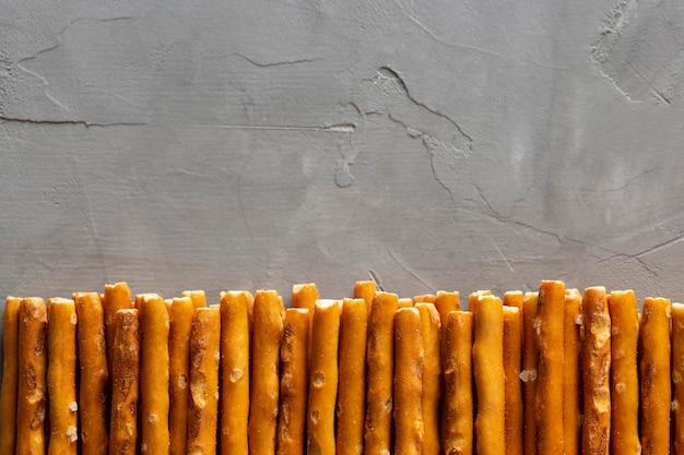 Plat frame met zoute snacks
