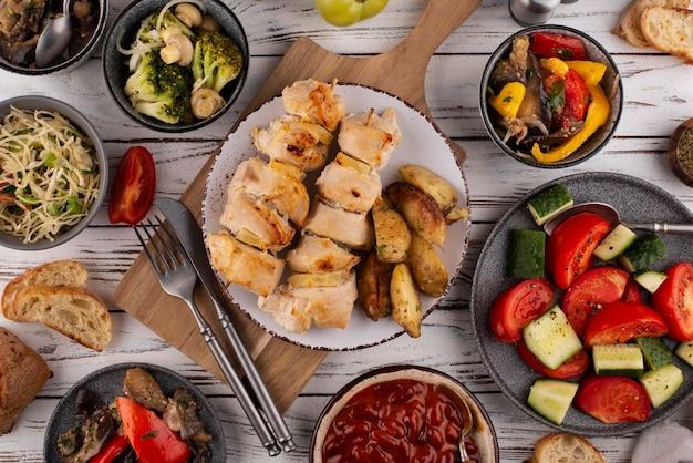 Plat gedekte tafel vol met heerlijk eten arrangement