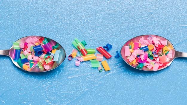 Plat geplaatste lepels met plastic