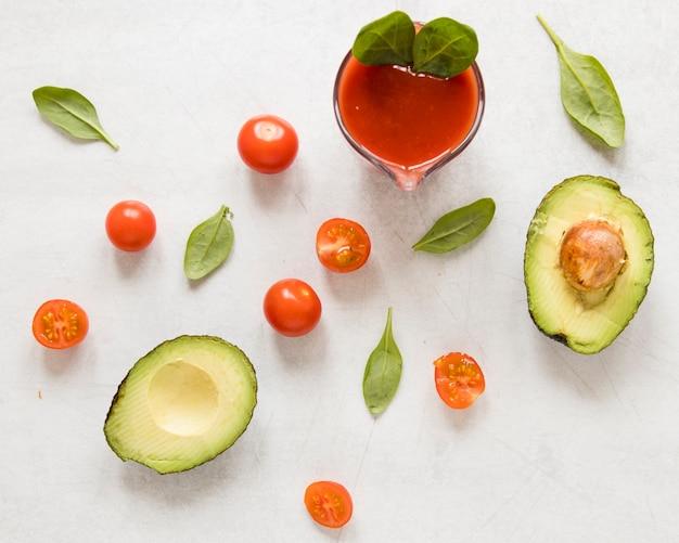 Plat gesneden avocado met tomaten