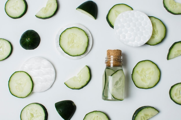 Plat gesneden komkommer in kleine container