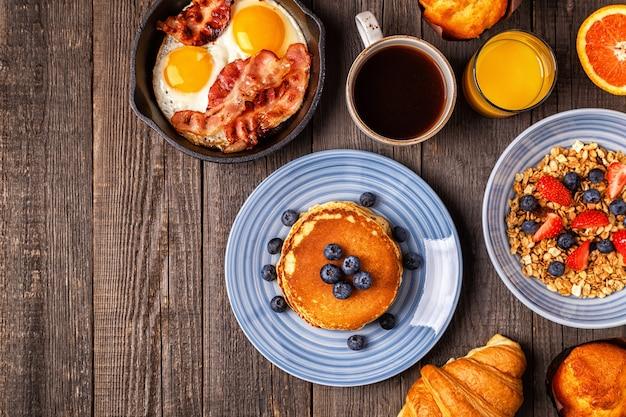 Plat heerlijk ontbijt met koffie