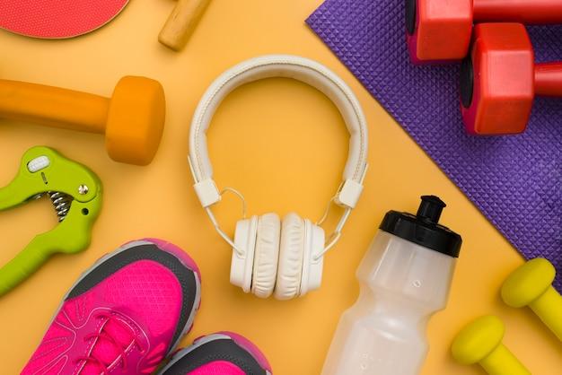 Plat hoofdtelefoon met gewichten en sneakers
