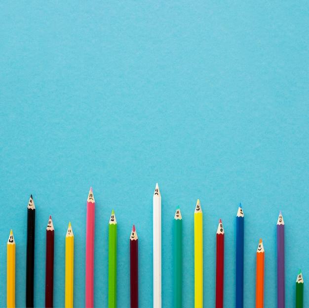 Plat kleurpotloden met kopie-ruimte