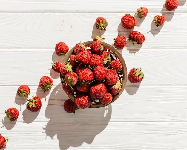 Plat lag aardbeien in kom