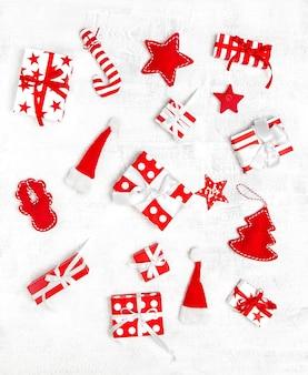 Plat lag achtergrond. kerstdecoratie, ornamenten en geschenkdozen