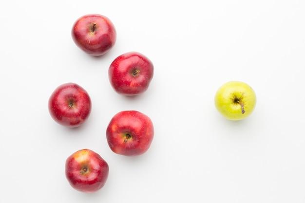 Plat lag appels uitgelijnd op tafel