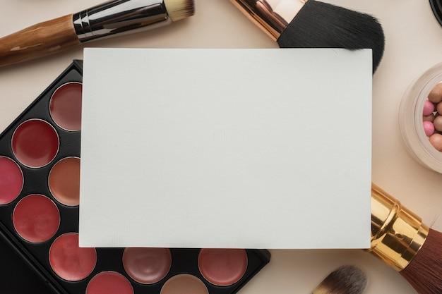 Plat lag arrangement met cosmetica mock-up