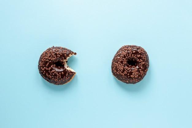 Plat lag arrangement met donuts en blauwe achtergrond