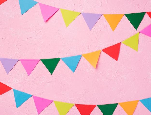 Plat lag arrangement met feestversieringen