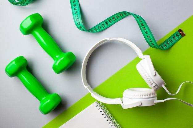 Plat lag arrangement met halters en koptelefoon