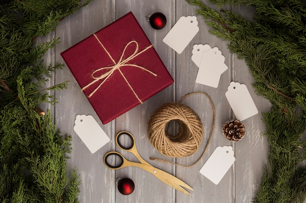 Plat lag arrangement met heden en kerstboom
