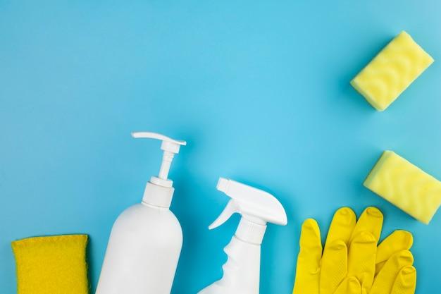Plat lag arrangement met huishoudelijke producten