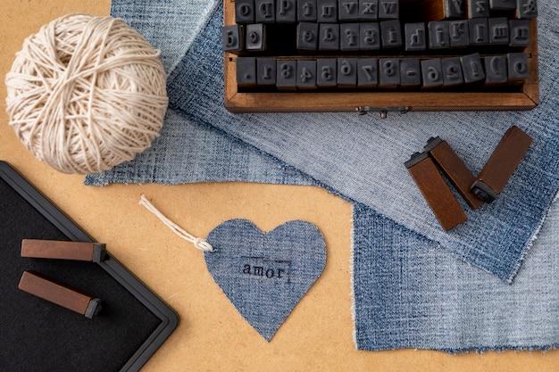 Plat lag arrangement met jeansstof