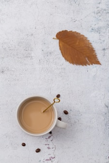 Plat lag arrangement met koffiekopje en blad