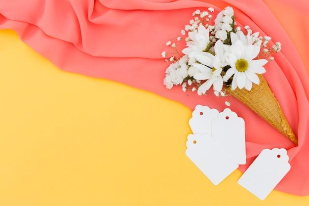 Plat lag arrangement met margrieten op roze sjaal