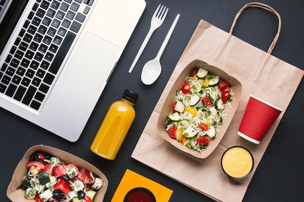 Plat lag arrangement met salade en laptop