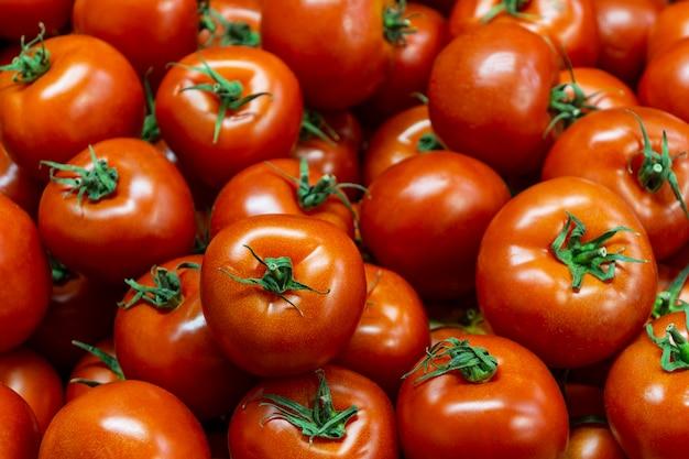 Plat lag arrangement met tomaten