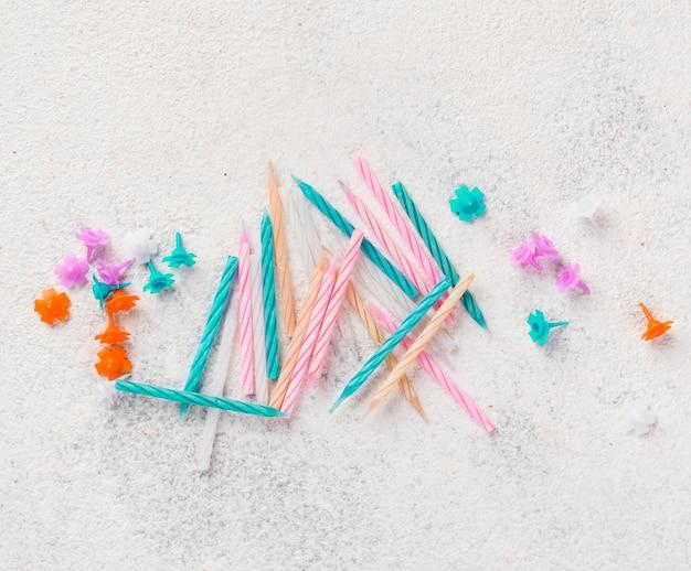 Plat lag arrangement met verjaardagskaarsen