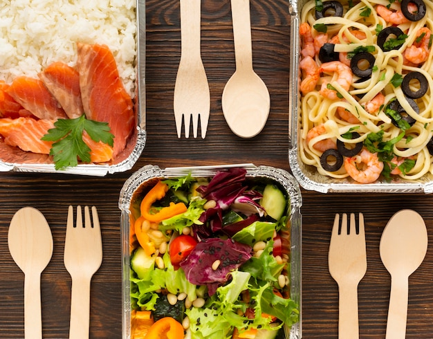 Plat lag arrangement met verschillende maaltijden op een houten tafel